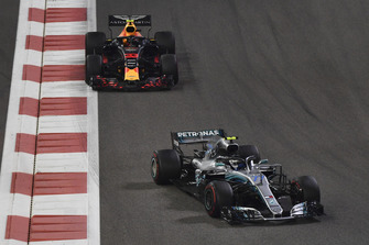 Valtteri Bottas, Mercedes AMG F1 W09 EQ Power+ e Max Verstappen, Red Bull Racing RB14