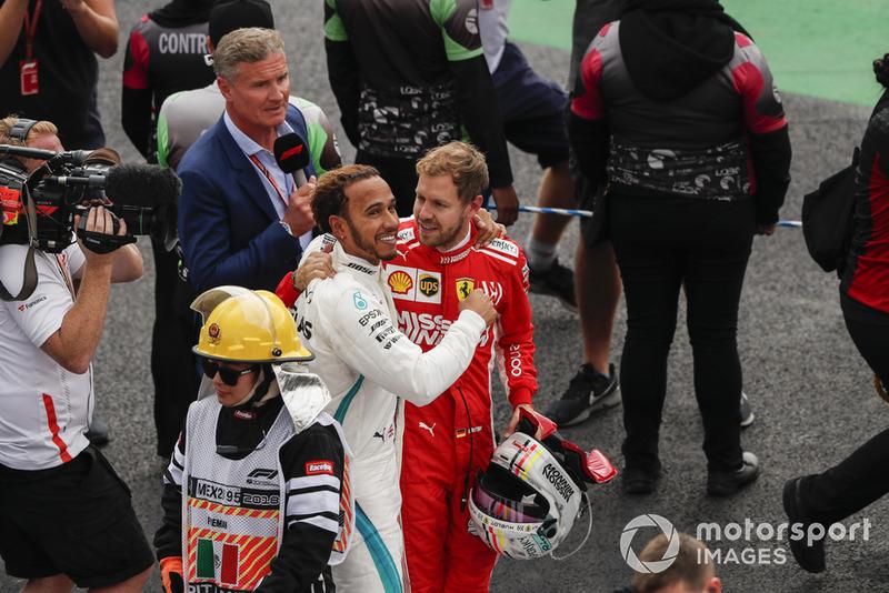 El rival del título Sebastian Vettel, Ferrari, ofrece sus felicitaciones al ganador del campeonato de pilotos Lewis Hamilton, Mercedes AMG F1