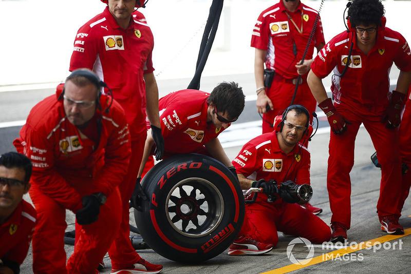 Equipo de boxes de Ferrari listo durante la práctica