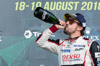 Podio: el ganador de la carrera #8 Toyota Gazoo Racing Toyota TS050: Fernando Alonso