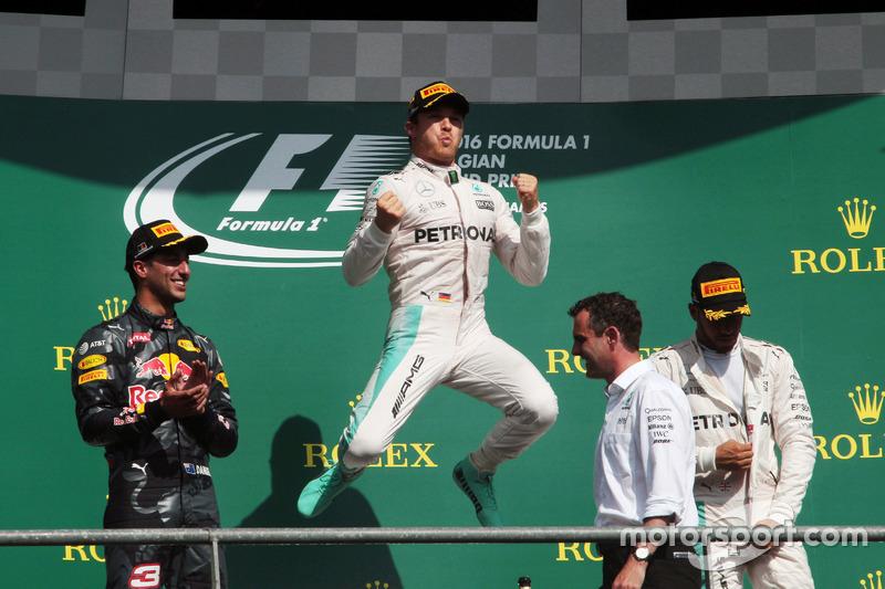 Il podio (da sx a dx): Daniel Ricciardo, Red Bull Racing, secondo; Nico Rosberg, Mercedes AMG F1, vi