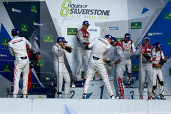 Podium: Sieger Marcel Fässler, Andre Lotterer, Benoit Tréluyer, Audi Sport Team; 2. Romain Dumas, Ne