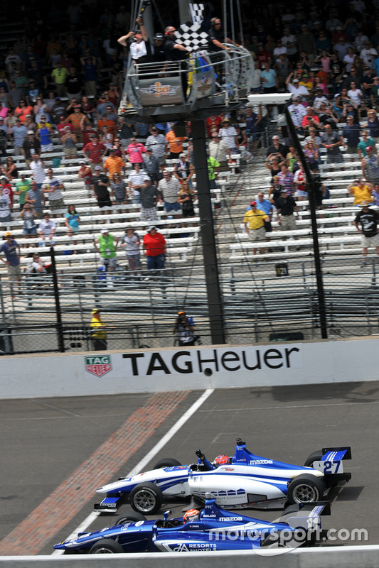 Fotofinish: Dean Stoneman, Andretti Autosport, und Ed Jones, Carlin