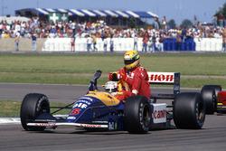 Race winner Nigel Mansell, Williams Renault FW14 gives Ayrton Senna, McLaren MP4/6-Honda a lift