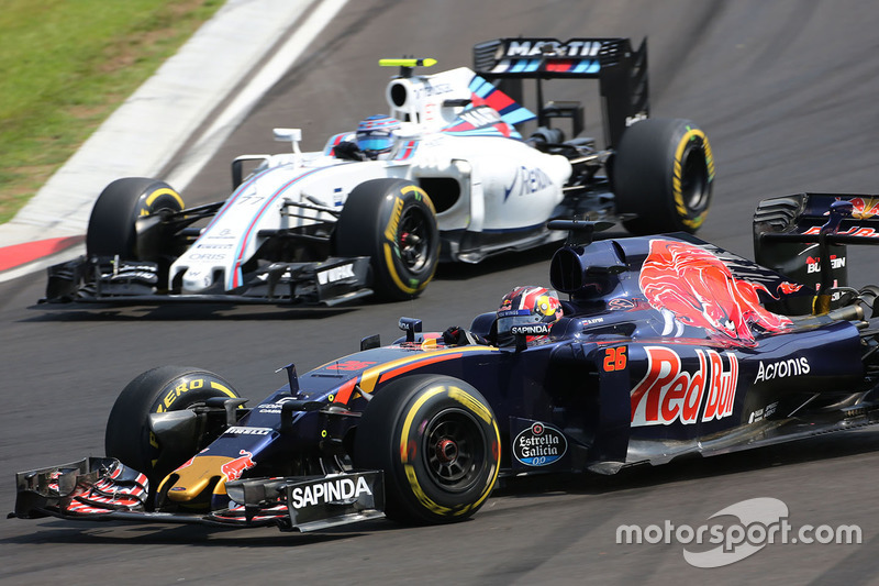 Daniil Kvyat, Scuderia Toro Rosso STR11 and Valtteri Bottas, Williams FW38 battle for position