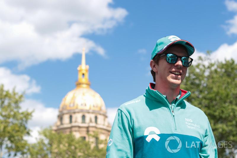 Oliver Turvey, NIO Formula E Team, caminando por la pista