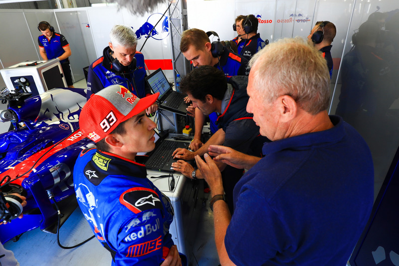 Marc Marquez menerima arahan dari Dr. Helmut Marko