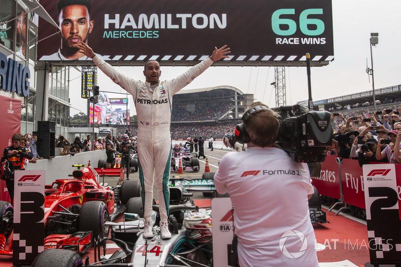 Lewis Hamilton, Mercedes-AMG F1 fête sa victoire dans le Parc Fermé