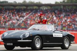 Sebastian Vettel, Ferrari, zwaait in de Ferrari 275 convertible