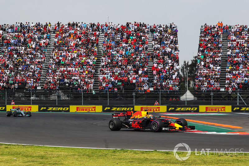 Max Verstappen, Red Bull Racing RB13 leads