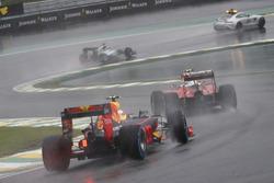 Kimi Raikkonen, Ferrari SF16-H, devant Max Verstappen, Red Bull Racing RB12