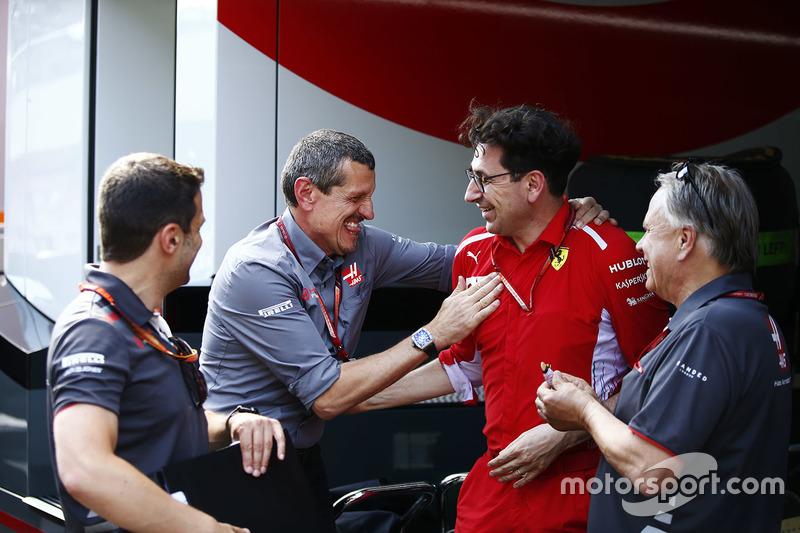 Guenther Steiner, directeur de Haas F1, est félicité par Gene Haas, propriétaire de Haas F1, et Mattia Binotto, directeur technique de Ferrari