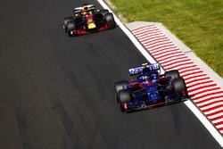 Pierre Gasly, Toro Rosso STR13, leads Daniel Ricciardo, Red Bull Racing RB14