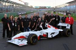 صورة جماعية مع سيارة الفورمولا 1 ذات المقعدين