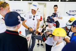 Esteban Ocon, Force India, firma autógrafos para fanáticos