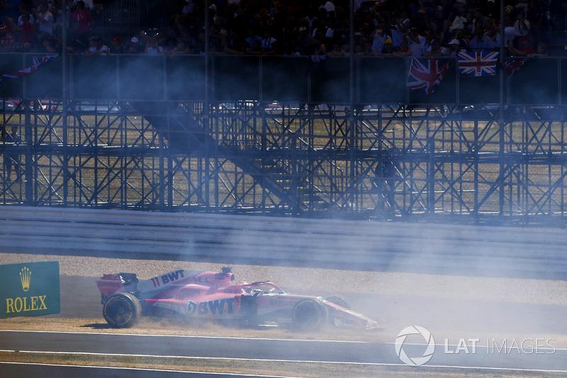 Sergio Perez, Force India VJM11 reklam tabelasına çarpıyor