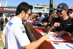 Sergio Perez, Force India firma autógrafos para los fanáticos