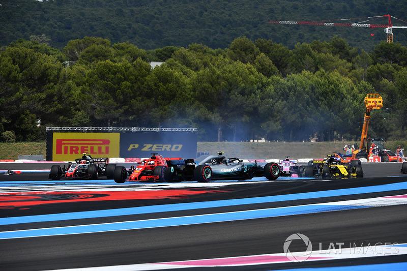 Sebastian Vettel, Ferrari SF71H passiert Valtteri Bottas, Mercedes-AMG F1 W09