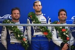 Podio LMP2: al secondo posto Nicolas Lapierre, Andre Negrao, Pierre Thiriet, Signatech Alpine
