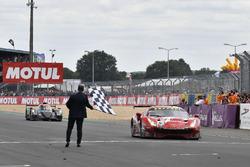 #85 Keating Motorsports Ferrari 488 GTE: Ben Keating, Jeroen Bleekemolen, Luca Stolz, taglia il traguardo e prende la bandiera a scacchi