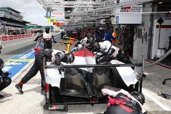 #7 Toyota Gazoo Racing Toyota TS050: Mike Conway, Kamui Kobayashi, Jose Maria Lopez in de pits met problemen