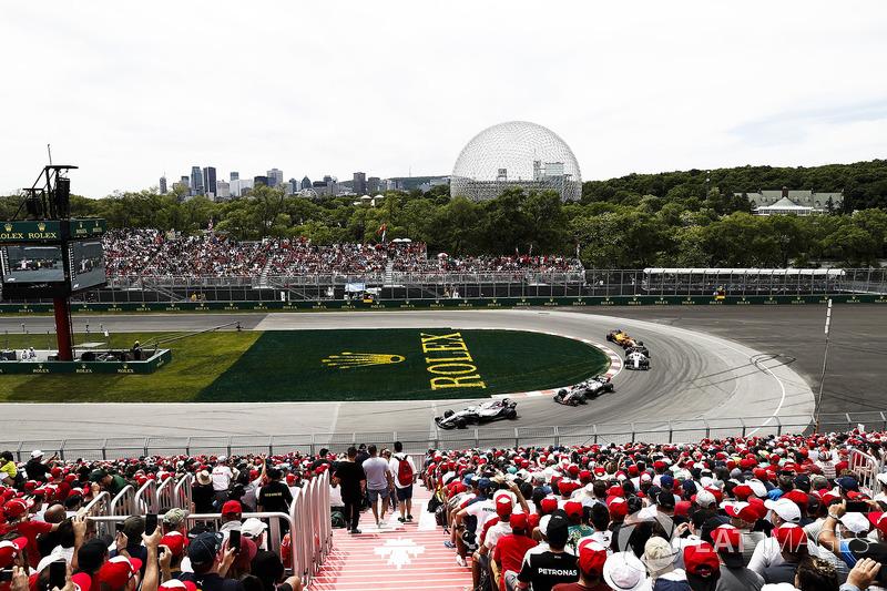 Sergey Sirotkin, Williams FW41, leads Romain Grosjean, Haas F1 Team VF-18, and Marcus Ericsson, Sauber C37