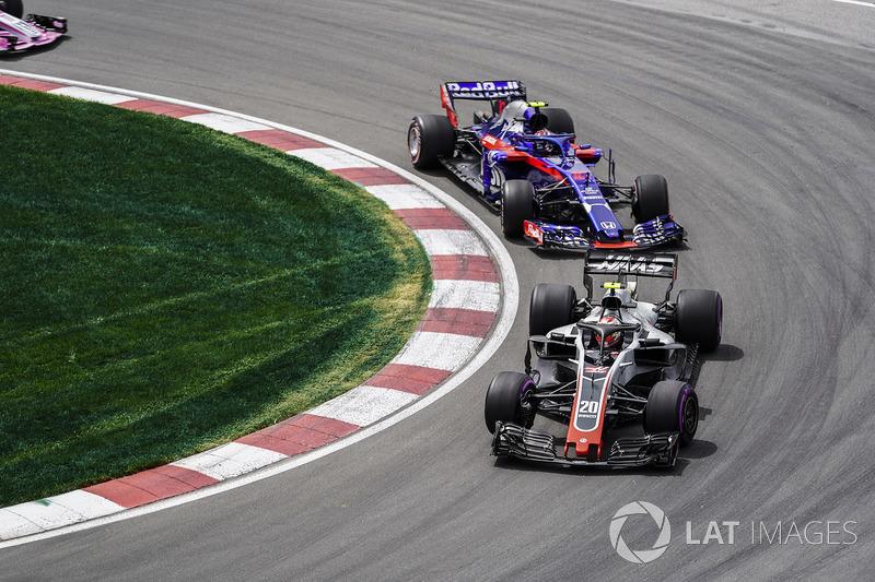 Kevin Magnussen, Haas F1 Team VF-18, precede Pierre Gasly, Toro Rosso STR13