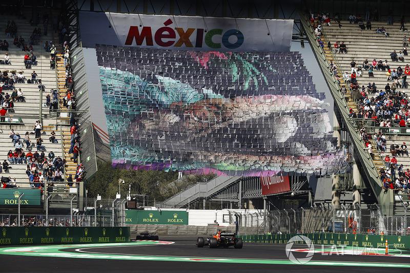 Fernando Alonso, McLaren MCL32, sigue un Ferrari a través de la sección del estadio