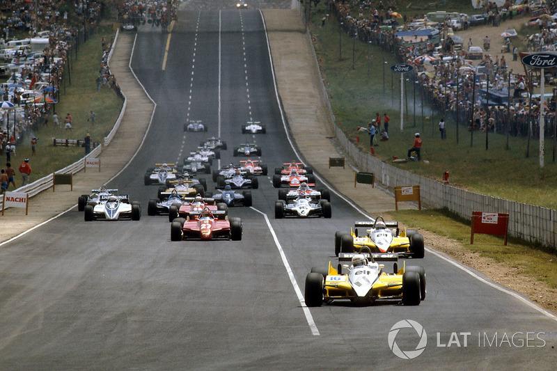 Salida: René Arnoux, Renault RE30B y Alain Prost, Renault RE30B, lideran la carrera