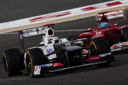 Kamui Kobayashi, Sauber C31, por delante de Fernando Alonso, Ferrari F2012