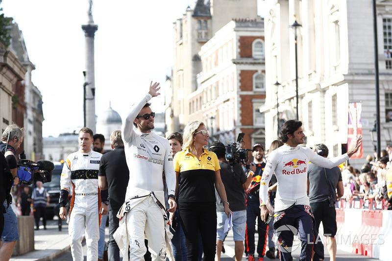 Jolyon Palmer, Renault, Carlos Sainz Jr., Toro Rosso, menyapa fans