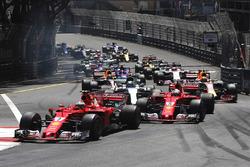 Кими Райкконен и Себастьян Феттель, Ferrari SF70H, Валттери Боттас, Mercedes AMG F1 W08