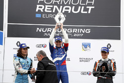 Podio: il vincitore della gara Robert Shwartzman, Josef Kaufmann Racing, Max Defourny, R-ace GP, Sacha Fenestraz, Josef Kaufmann Racing