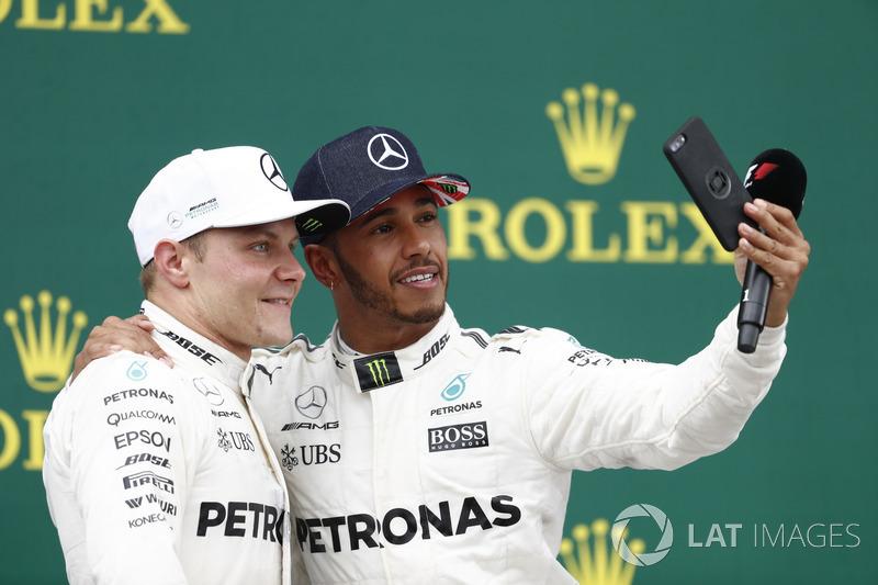 Podio: Ganador de la carrera Lewis Hamilton, de Mercedes AMG F1 toma una foto del segundo lugar Valtteri Bottas, Mercedes AMG F1