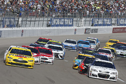 Joey Logano, Team Penske Ford, Jamie McMurray, Chip Ganassi Racing Chevrolet