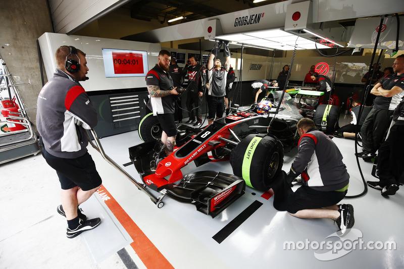 Romain Grosjean, Haas F1 Team VF-17, in der Box