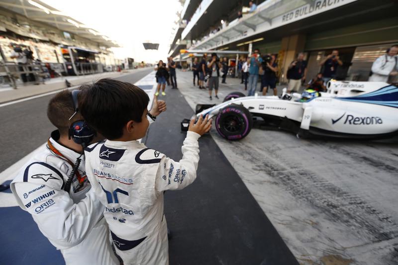 Felipinho Massa con su papá Felipe Massa, FW38 Williams, fuera de la parrilla