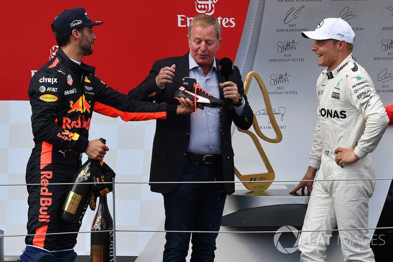Подиум: победитель Валттери Боттас, Mercedes AMG F1, обладатель третьего места Даниэль Риккардо, Red