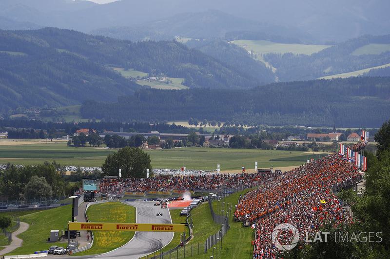 A scenic view of the start. Valtteri Bottas, Mercedes AMG F1 W08, Sebastian Vettel, Ferrari SF70H, D