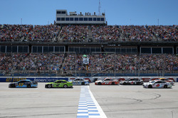 Start: Ricky Stenhouse Jr., Roush Fenway Racing Ford leads