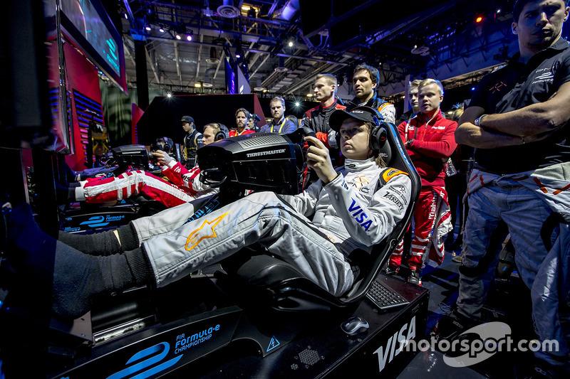 Jérôme D'Ambrosio Dragon Racing y Loic Duval, Dragon Racing observa a su compañero Bono Huis