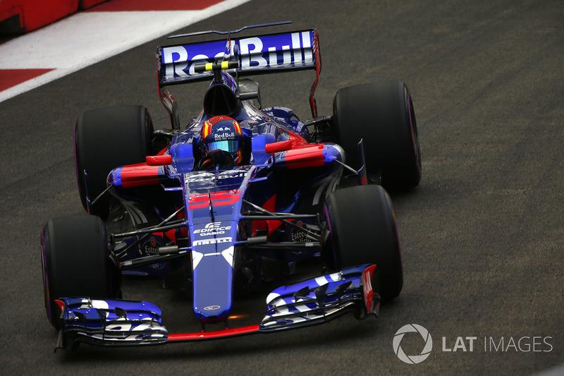 Kvyat, Sainz'ın gölgesinde 1.5 yıl boyunca Toro Rosso ile yarışmaya devam etti.
