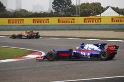 Carlos Sainz Jr., Scuderia Toro Rosso STR12, se reprend après un tête-à-queue