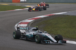 Valtteri Bottas, Mercedes AMG F1 W08, leads Daniel Ricciardo, Red Bull Racing RB13, and Kimi Raikkonen, Ferrari SF70H