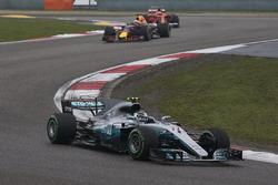 Valtteri Bottas, Mercedes AMG F1 W08, devant Daniel Ricciardo, Red Bull Racing RB13, et Kimi Raikkonen, Ferrari SF70H