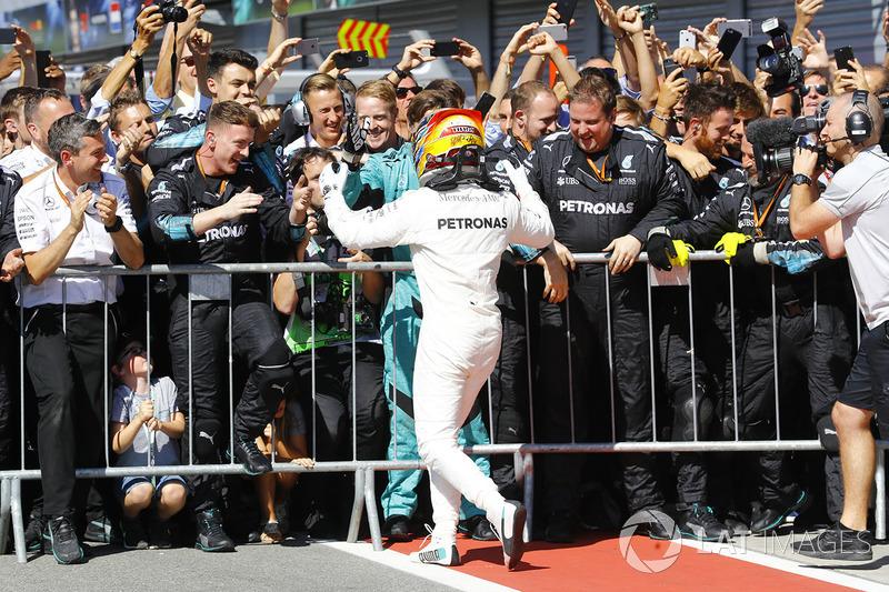 Winner Lewis Hamilton, Mercedes AMG F1, celebrates, his team