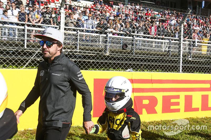 Гонщик McLaren Фернандо Алонсо и юный картингист