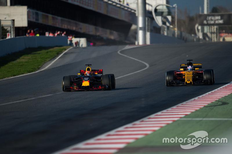 Max Verstappen, Red Bull Racing RB13, et Jolyon Palmer, Renault Sport F1 Team RS17