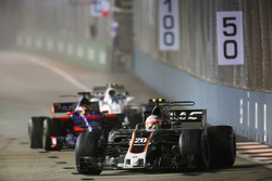 Kevin Magnussen, Haas F1 Team VF-17 devant Daniil Kvyat, Scuderia Toro Rosso STR12 et Lance Stroll, Williams FW40.