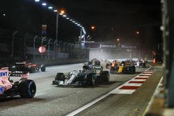Valtteri Bottas, Mercedes AMG F1 W08, Jolyon Palmer, Renault Sport F1 Team RS17, devant la voiture endommagée de Sebastian Vettel, Ferrari SF70H